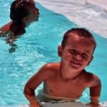 Mathilde og Eirik i bassenget sist gong dei budde i Spania